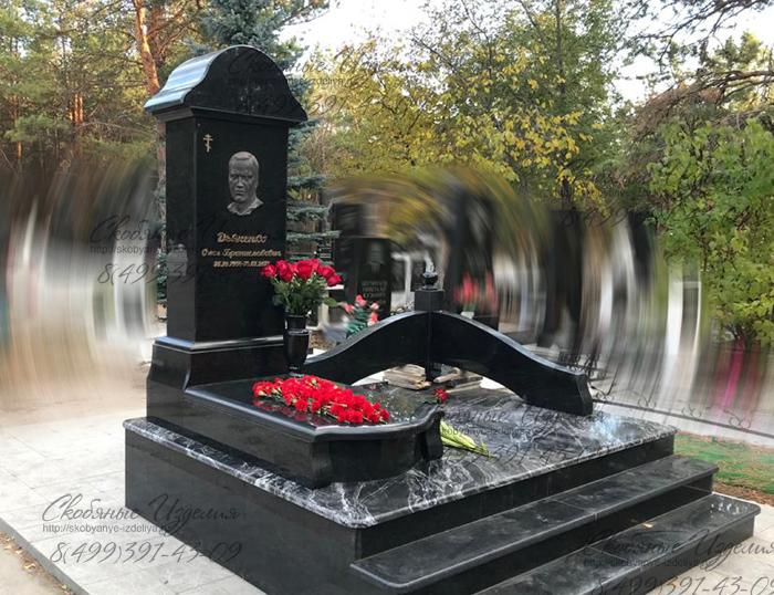 Памятник с барельефом и накладными буквами в Самаре на Рубежном кладбище